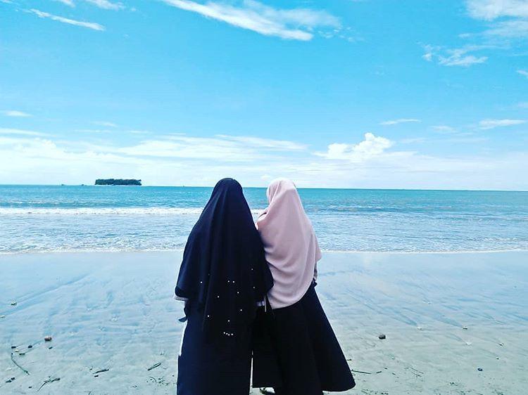 Muslimah di Pantai