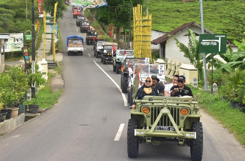 Wisata Petualang Naik Mobil Jeep Kemuning